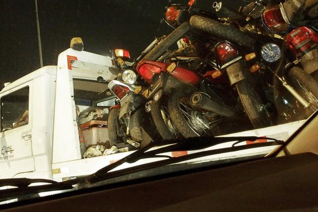 Guincho carregado de motos