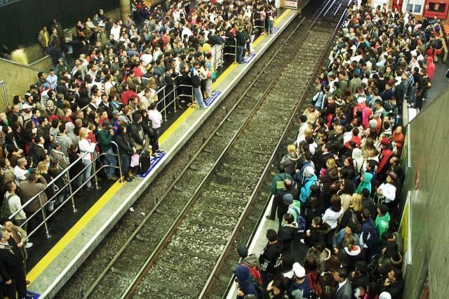 Plataformas lotadas do metrô na Estação Barra Funda