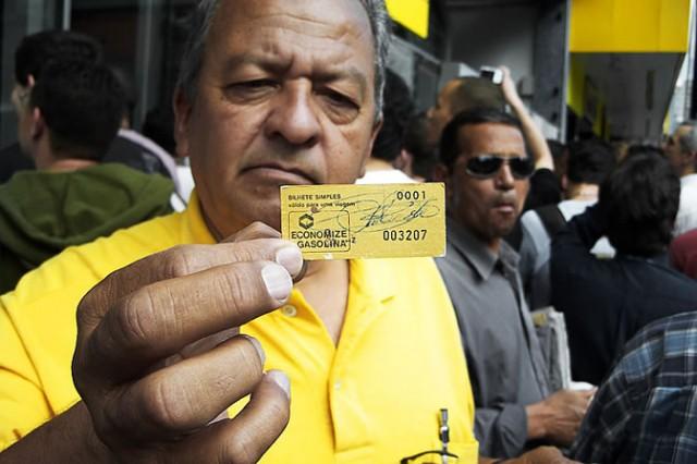 O professor Mauricio Oliveira segura bilhete da primeira operação do Metrô de São Paulo, em 14 de setembro de 1974.