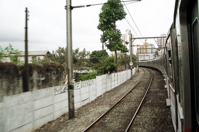 Trem da Linha 8 da CPTM faz a curva