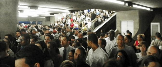 Escadas para plataforma lotadas na Estação Sé