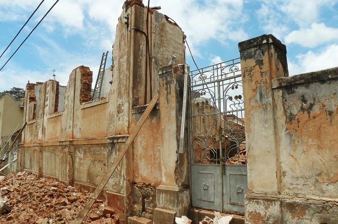 Casa demolida em Dois Córregos