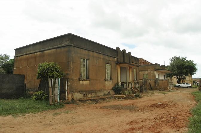 Casas próximas à estacao de Dois Córregos
