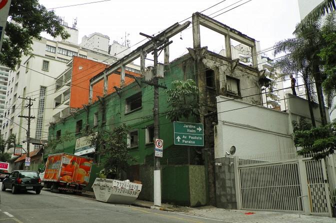 Demolição na Rua Martiniano de Carvalho