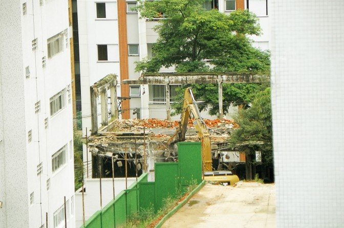 Demolição na Martiniano de Carvalho vista por trás