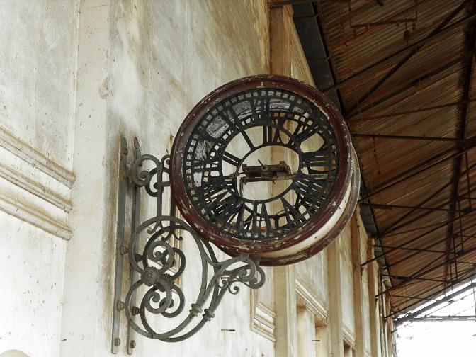 Relógio de plataforma na estação de Dois Córregos
