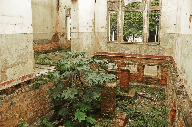Sala na estação de Dois Córregos