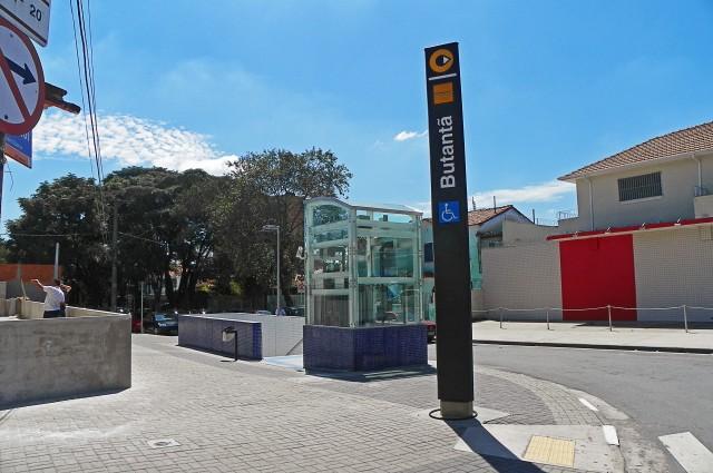 Entrada da Estação Butantã pela Rua Engenheiro Bianor