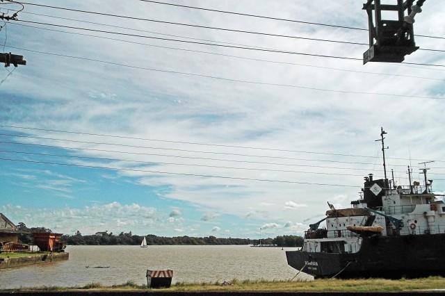 Veleiro e navio no Rio Guaíba