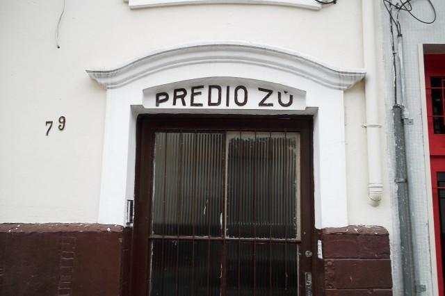 Porta do Prédio Zú, na Rua dos Bororós