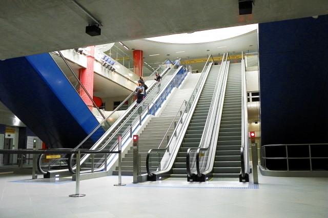 Escadas rolantes no mezanino da Estação Luz da Linha 4