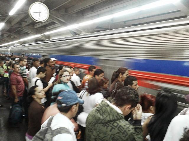 Plataforma 8 da Estação Palmeiras-Barra Funda em horário de pico