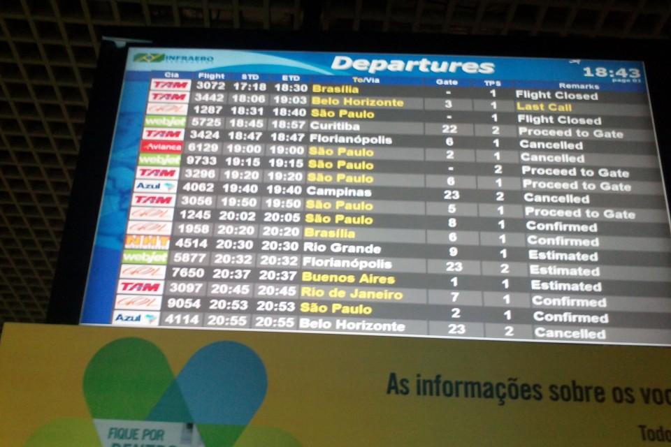 Tabela de embarques no Salgado Filho: voo da Avianca foi cancelado
