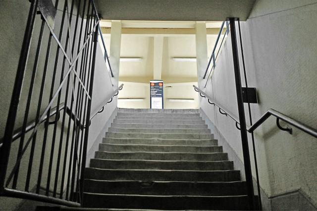 Escada de acesso às plataformas da Estação Praça da Bandeira