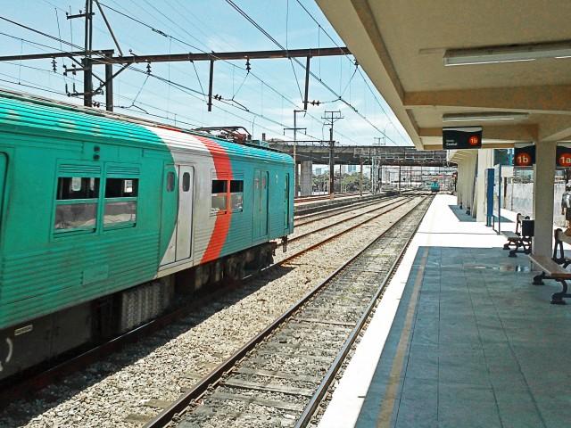 Trem passando pela Estação Praça da Bandeira