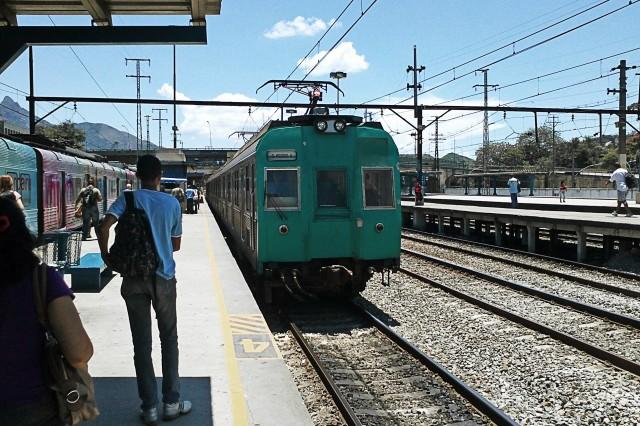 Trem na plataforma da Estação São Cristóvao