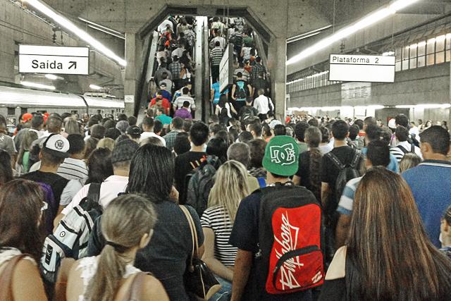 Desembarque da plataforma da Linha 8 na Estação Palmeiras-Barra Funda