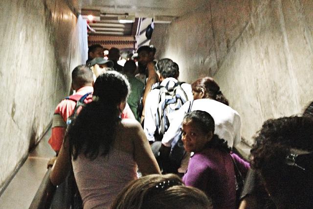 Escada de acesso à plataforma 1 da Estação da Luz lotada
