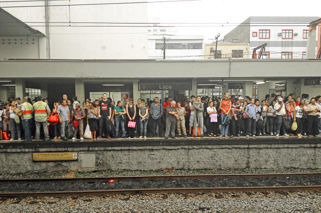 Plataforma da Estação Lapa (Linha 7) da CPTM lotada