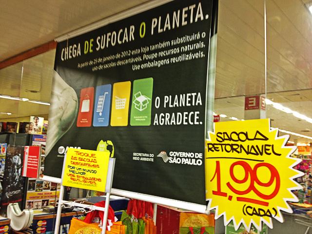 Sacola retornável a 1,99 reais e anúncio da imposição