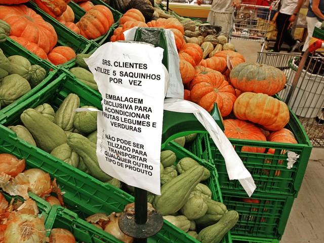 Saquinhos plásticos para carregar frutas, com aviso