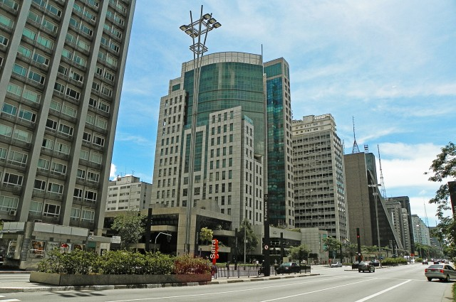 Avenida Paulista com o Prédio da Fiesp ao fundo