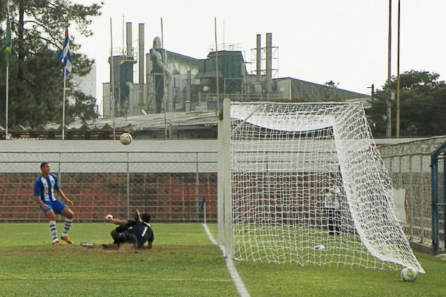 Goleiro do Desportivo Brasil faz defesa contra o Nacional