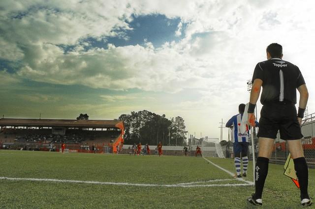 Escanteio que originou o gol do Nacional contra o Desportivo Brasil