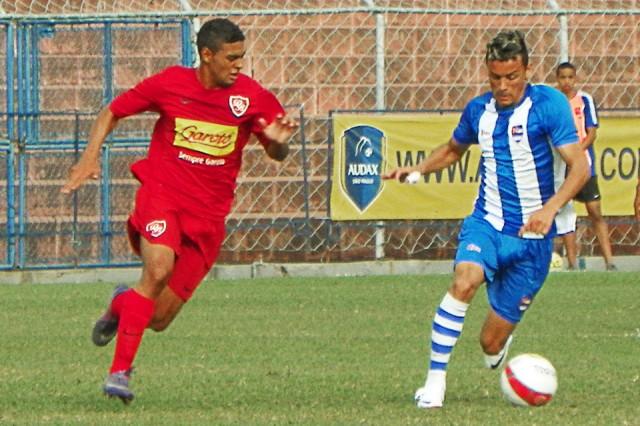 Disputa de bola no jogo Nacional × Desportivo Brasil, em 28 de julho de 2012