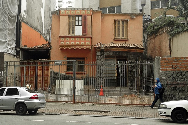 Casa na Rua Martins Fontes, 295, começa a ser demolida