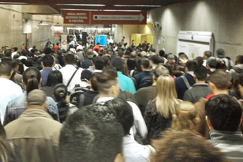Transferência lotada na passagem subterrânea da Estação da Luz